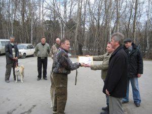Юрий Савин вручает первый приз владельцу лучшей суки.